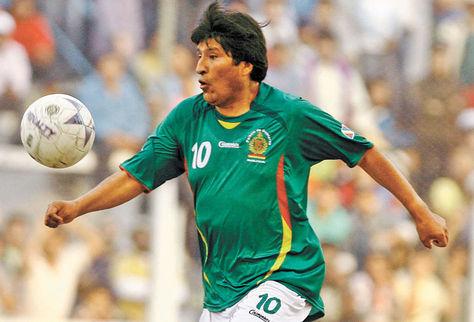 Deportista-Evo-Morales-haciendo-futbol_LRZIMA20121026_0024_11